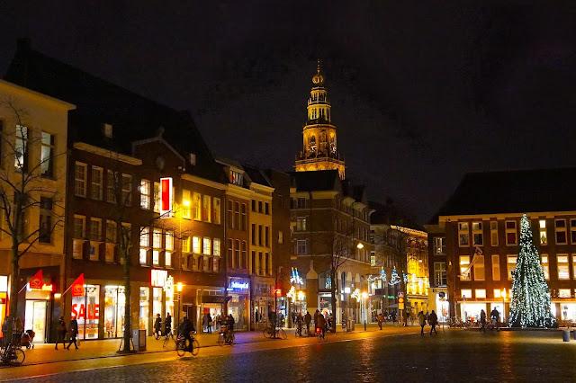 Afbeelding van de Vismarkt en de Martinitoren in Groningen.