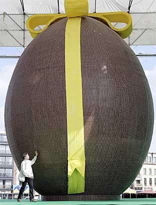Tout ce que vous voudrez... Record-Biggest-Chocolate-Easter-Egg-Belgium-01