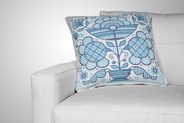 вышитая подушка на белом диване