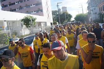 MILITARES FAZENDO CAMINHADA DE PROTESTO PELAS RUAS DE ARACAJU