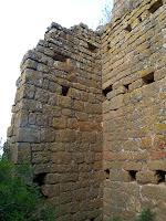 Detall de la torre propera al Portal del Cavalcador. Podem apreciar els diferents forats corresponents a les bigues que aguantaven les plataformes de fusta