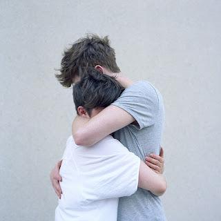 hombre protector abrazo gay