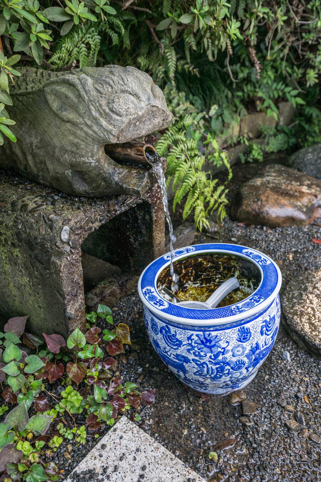貫井神社入り口にある手水の写真