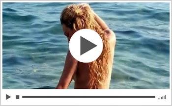 Ελληνίδα ηθοποιός κολύμπησε όπως τη γέννησε η μάνα της σε παραλία του Σουνίου και ο φωτογραφικός φακός ήταν εκεί!