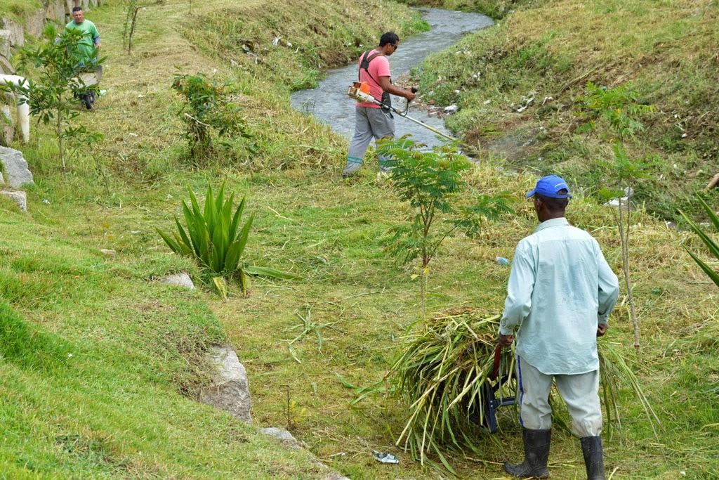 Com a preocupação de prevenir enchentes e alagamentos, Prefeitura trabalha constantemente na limpeza e manutenção dos rios e de suas margens