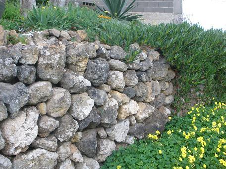 Nacer de la tierra pared de piedra - Como hacer muros de piedra ...