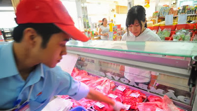 Bò Úc nhập khẩu nguyên con được xẻ thịt và bán ở  cửa hàng Vissan tại TP.HCM - Ảnh: T.T.D.