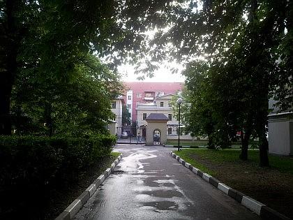 Институт Вишневского - вид из сквера у Главного корпуса на Большую Серпуховскую