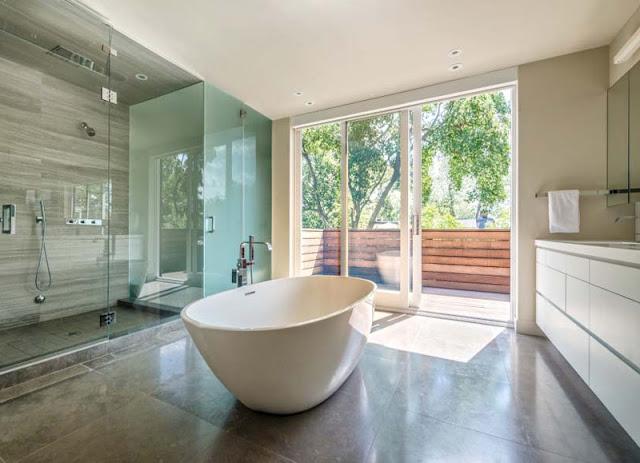 Kamar mandi dengan dinding kayu