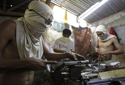BEBERAPA orang bekerja di sebuah kilang senjata haram di Danao pada 8 Julai lalu.