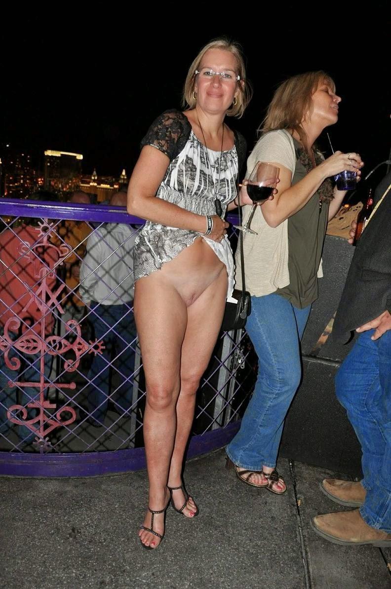 Сочная попа под короткой юбкой или платьицем Вот что