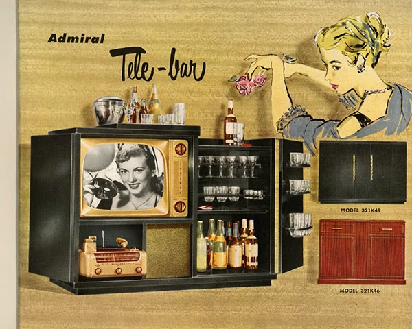 El combo de televisión / radio que viene con su propio mini bar