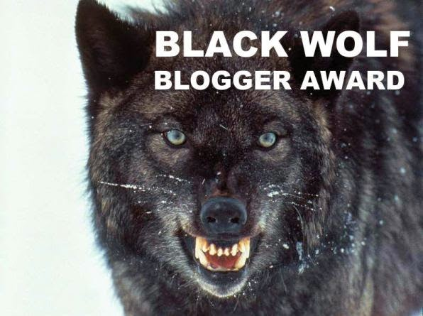 Imagen del premio Black Wolf Blogger Award el cual es una imagen de un lobo negro en actitud feroz.