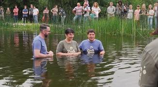 Biserica Punctul Zero Brașov: Botez în aer liber (VIDEO)