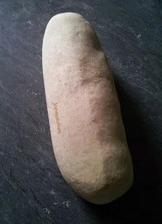 Pâte pétrie, bien homogène, ferme et collante à la fois.