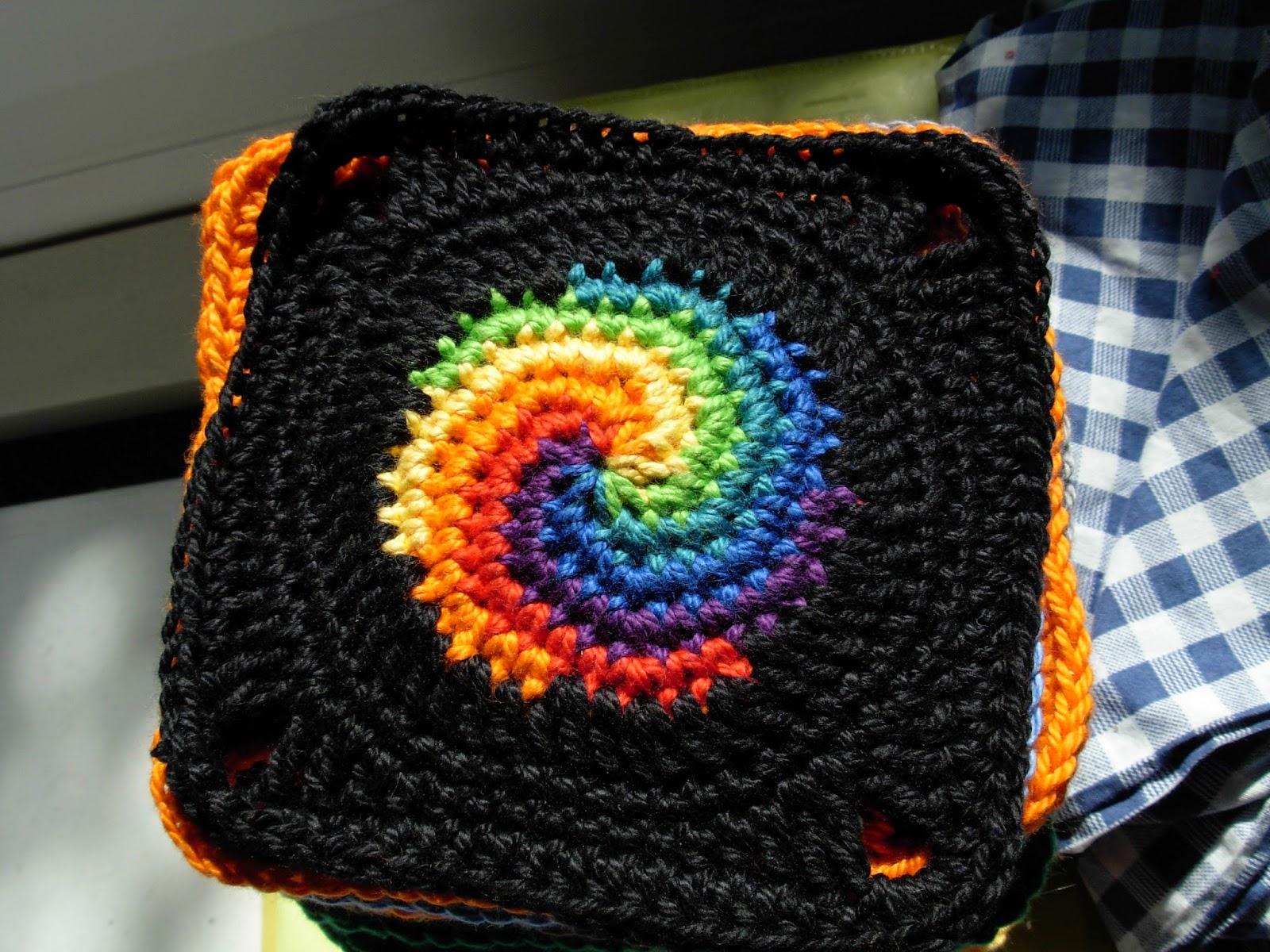 Granny Square Spirale in Regenbogenfarben