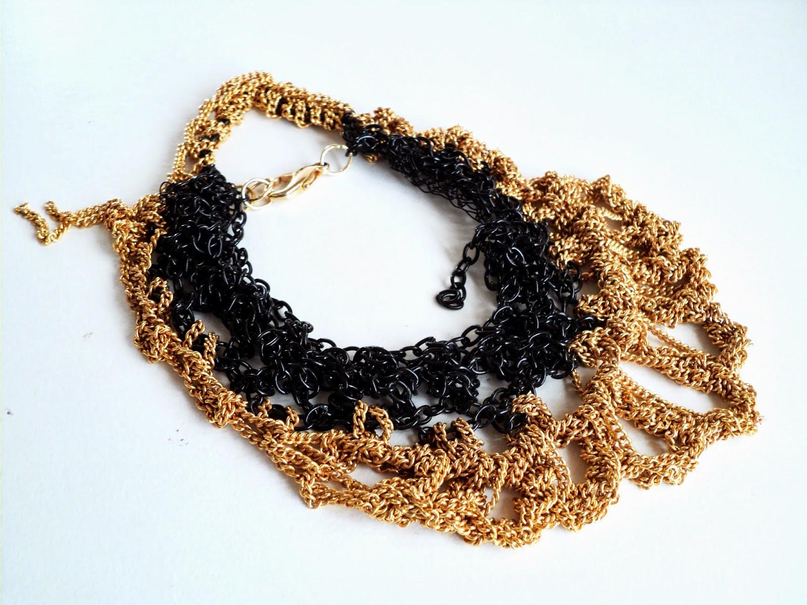 Brazalete tejido crochet con cadenas en dorado y negro