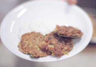 frittelle di buccia di patate con salsa di yogurt e aneto: ricetta impatto zero!