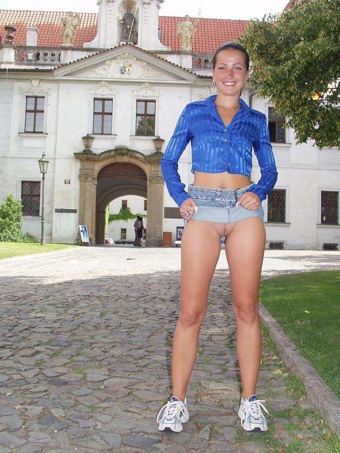 amadora muito gostosa de saia e sem calcinha fotos
