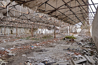 Predio de Hispano textil en el que las uralitas estan desperdigadas sin control tras el desmantelamiento ilegal