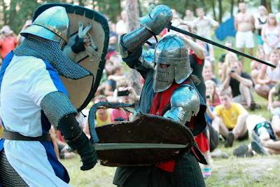 Фото Укринформ: поединок на мечах