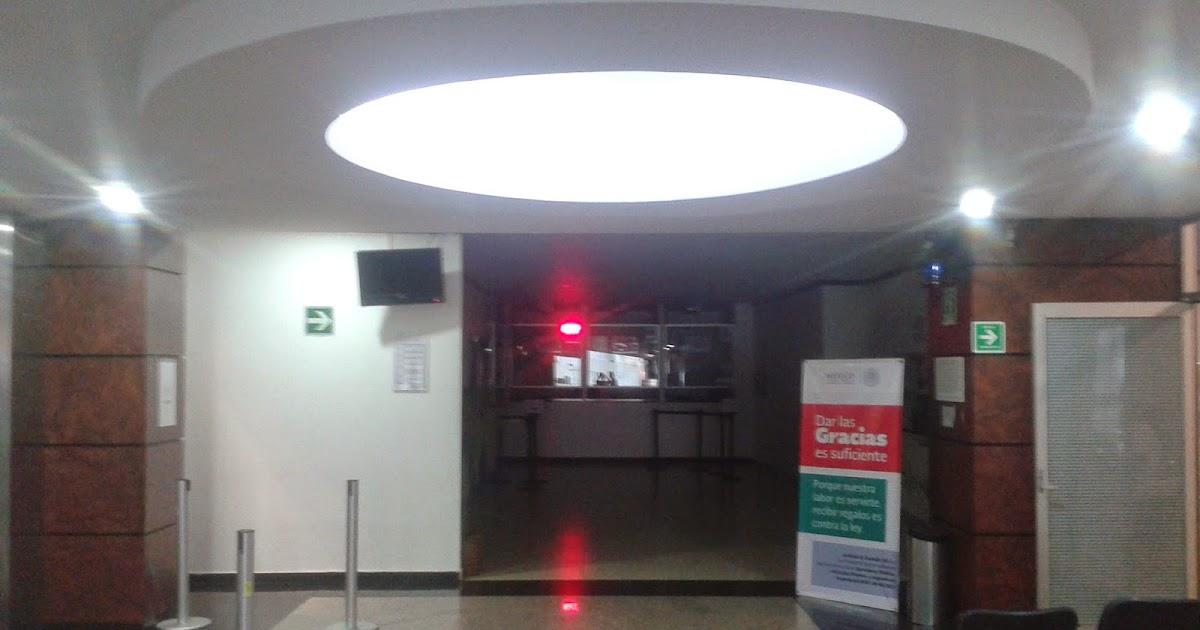 Plafones decorativos de tablaroca techo con pantalla de for Iluminacion led oficinas