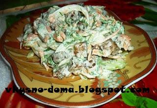 Салат  с сухариками,зеленью и морковью