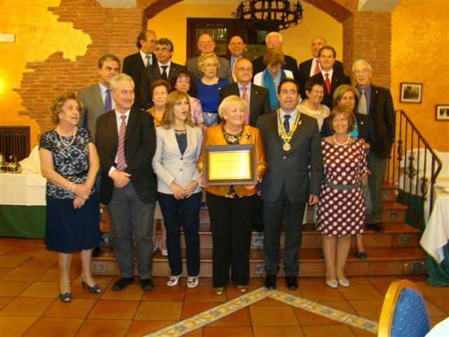 fotode grupo de rotarios y miembros de la AECC durante la entregade premios