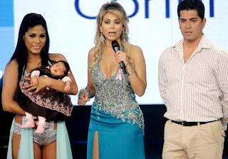 Foto de Karen Dejo con su pareja Carlos Abanto y su hija