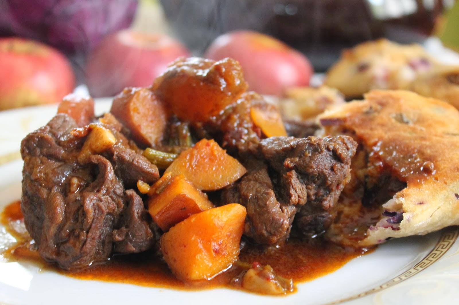 spezzatino di bufalo all'aglianico con batata rossa e paninetti alla mela annurca e cavolo rosso