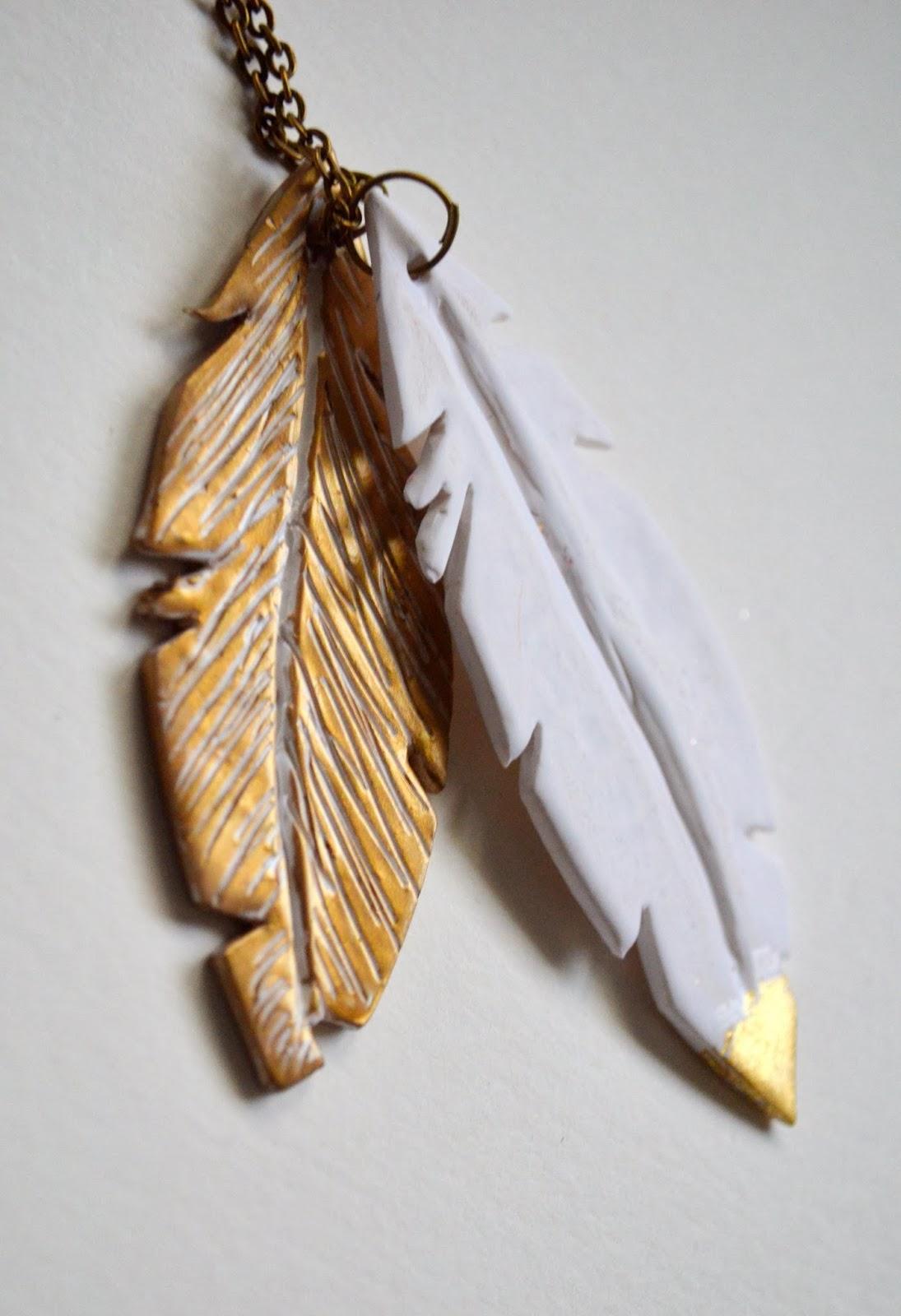 http://www.elrincondefrifri.com/2013/12/tutorial-colgante-de-plumas-en-arcilla.html