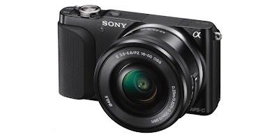 La Sony NEX 3N con lo zoom 16-50mm fotografata di tre-quarti