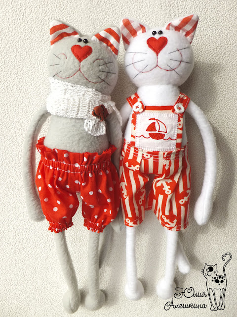 Котики в красном - в полный рост