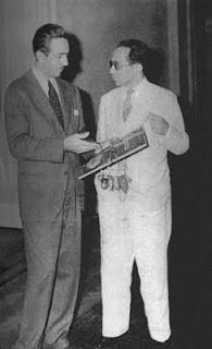 Foto de Walt Disney com Adolfo Aizen, o primeiro a publicar seus personagens no Brasil