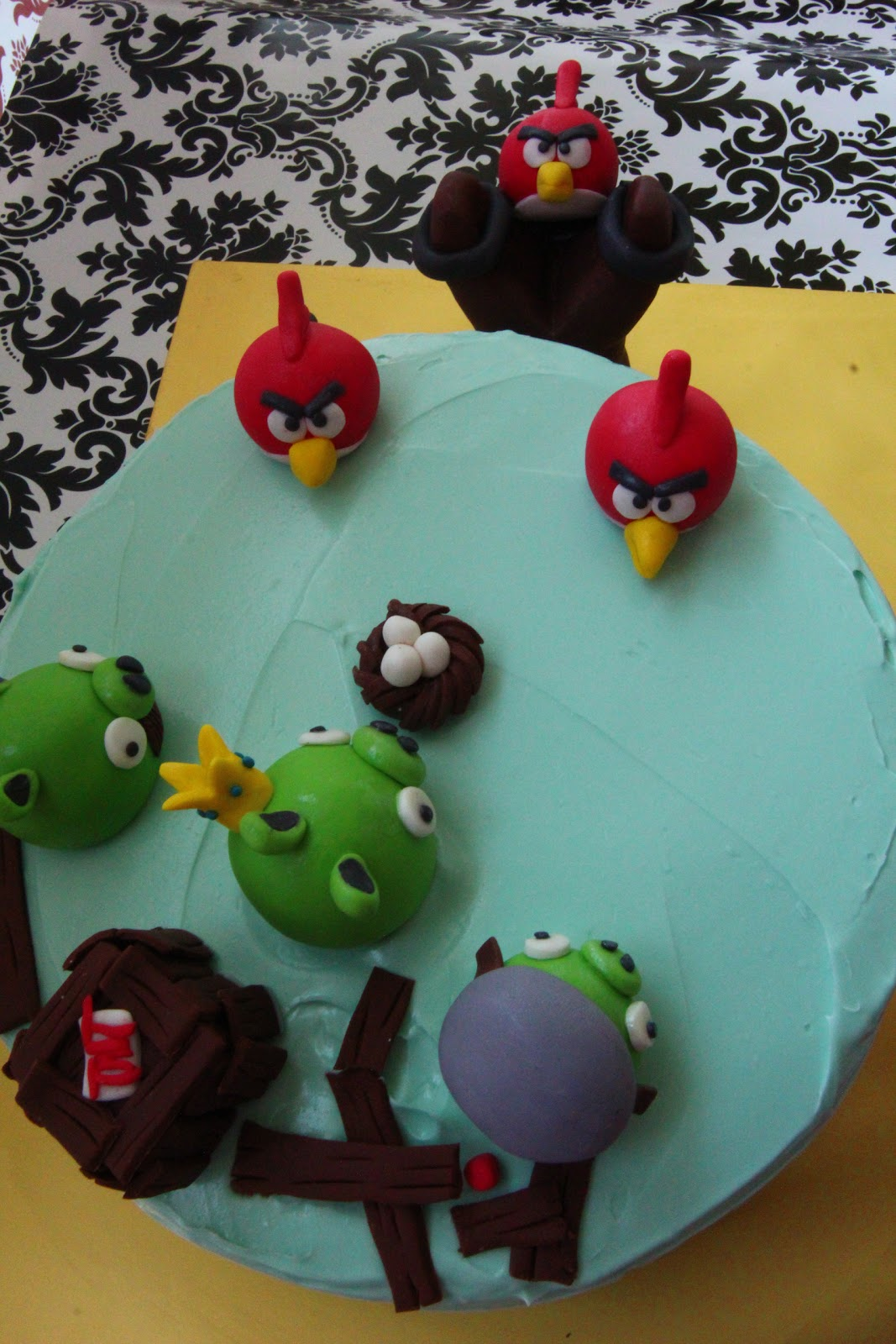 Cakes decorations angry birds for Angry birds cake decoration