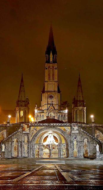 A Basílica de Lourdes na noite.