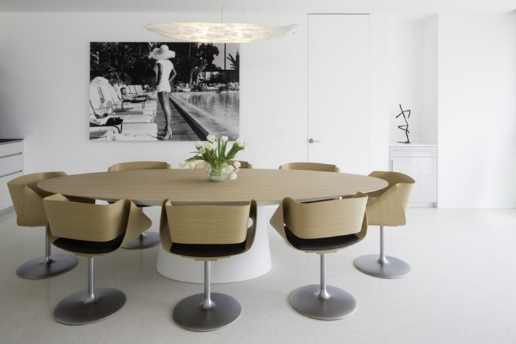 Dining room in Modern mansion on the beach by Dan Brunn