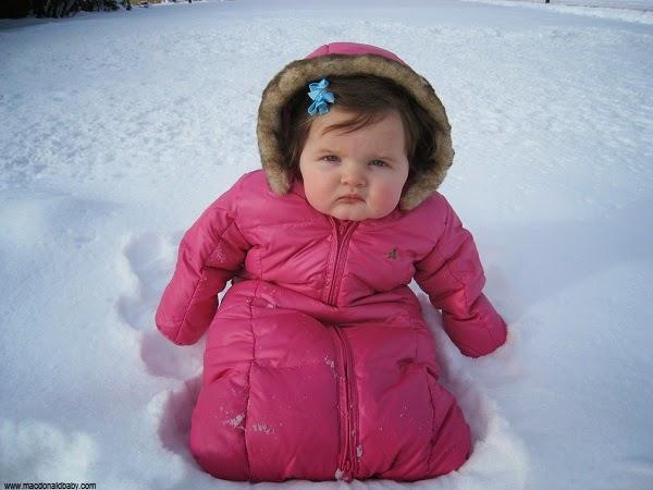 Photo bébé fille dans la neige