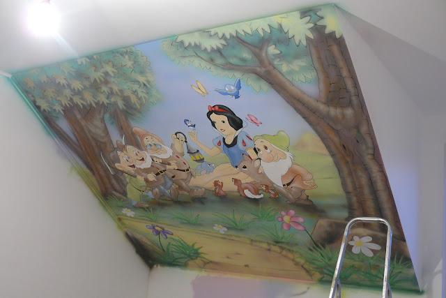 Artystyczne malowanie ściny w pokoju dziewczynki, motyw z bajki Królewna śnieżka, Warszawa