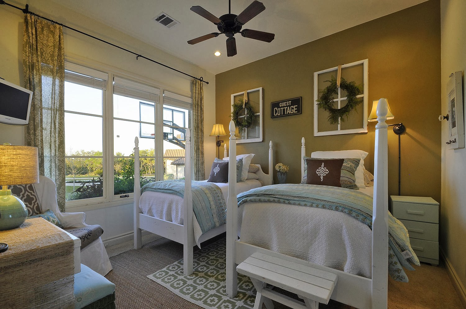 twin single beds for the guests title=