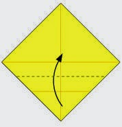 Bước 3: Gấp góc dưới tờ giấy lên phía trên, vị trí gấp là đường đứt đoạn như hình vẽ dưới.