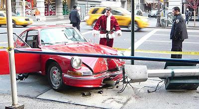 Papai Noel bate um  Porshe 911 modelo clássico