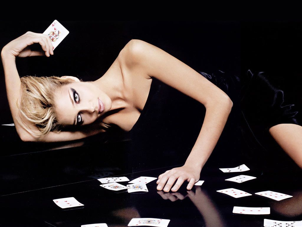 http://4.bp.blogspot.com/-oQYjWiBfVY0/UBNgQ70oexI/AAAAAAAAAxw/sKCNFWwUxag/s1600/online+game+poker+player\'s+and+beautiful+girl+wallpaper.jpg