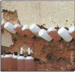 Герметик вводится через просверленные отверстия в стене