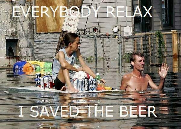 Redneacks en una inundación: todo el mundo tranquilo, he salvado la cerveza!!