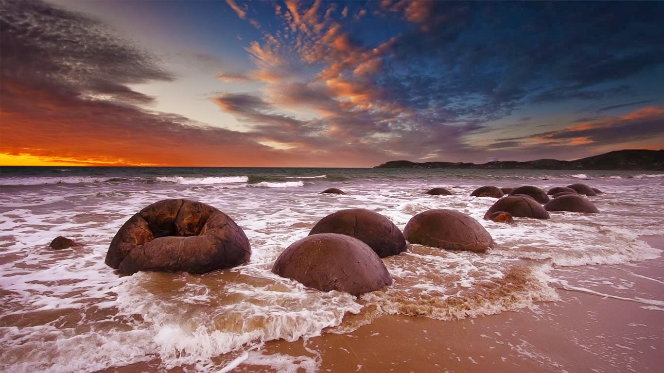 Moeraki Boulders, New Zealand (© Uli Hamacher/Getty Images) 309