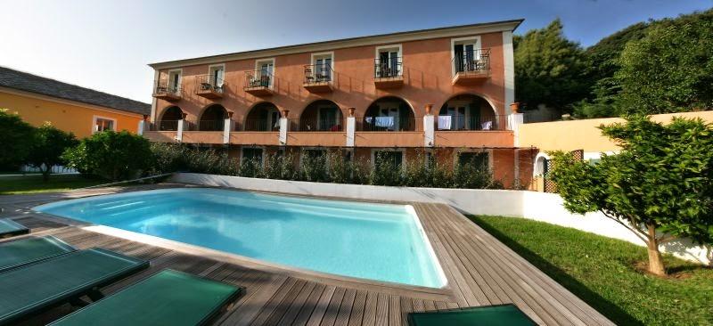 Piscine de l'hôtel Castel Brando dans le Cap Corse