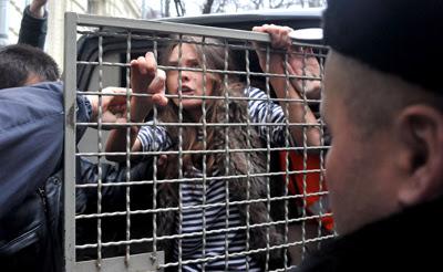 Фото Укринформ: задержание активистки FEMEN