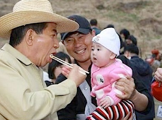 Funny picture: Chinese man with food and jealous baby 2