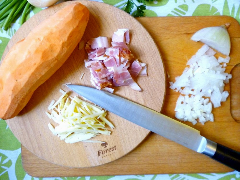 Batat zapiekany z cebulą wędzonym boczkiem i serem gouda